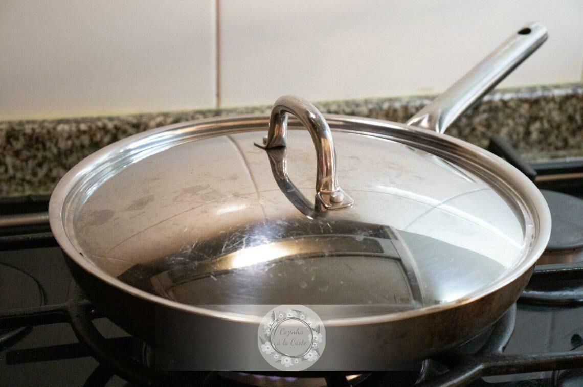 Se tiver pressa, tape a frigideira para agilizar o processo