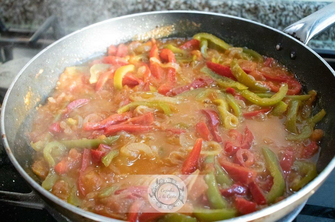 Ajude o tomate a desfazer com a colher/garfo de pau