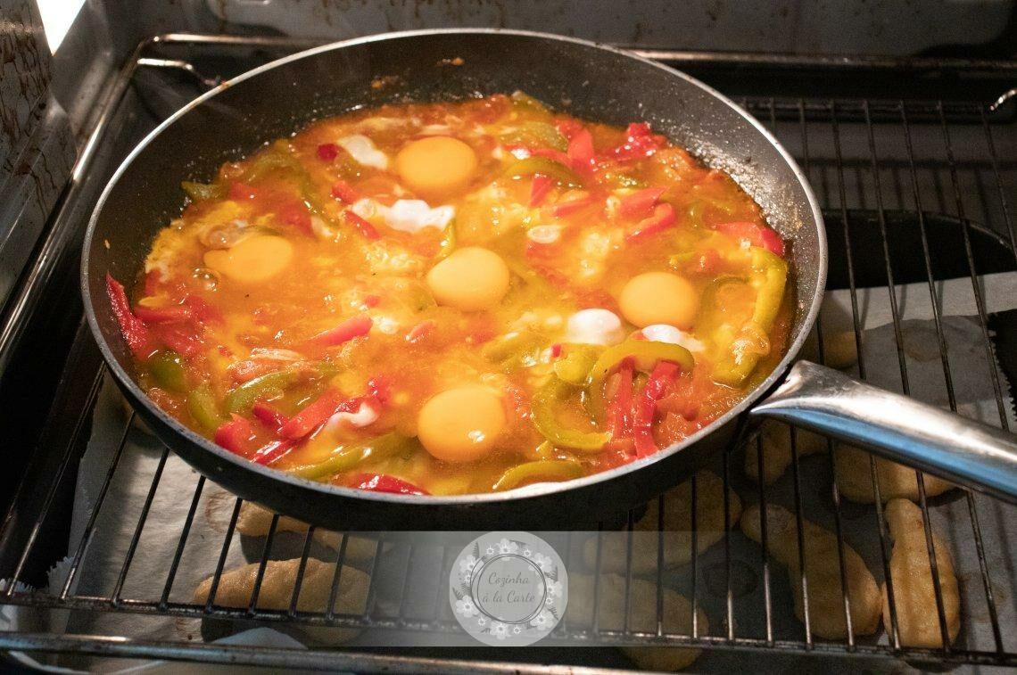 Leve a frigideira ao forno para que os ovos cozam