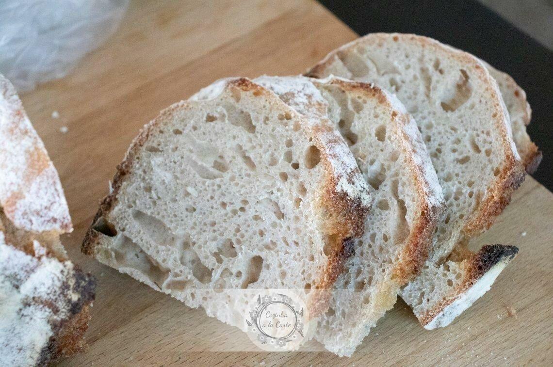 Entretanto prepare o pão, cortando-o em fatias. Este é o nosso pão 100% de Espelta com Fermento Natural