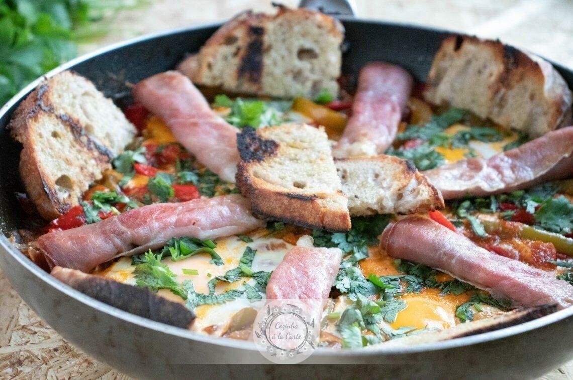 Sirva o piperade polvilhado com coentros, decore com as fatias de presunto reservadas e o pão torrado