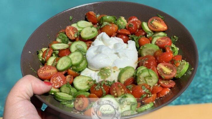 Salada de Tomates Cherry com Mini Pepinos, Gomásio e Coentros com Burrata