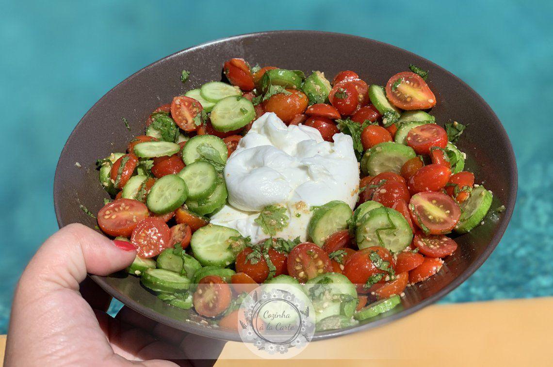 Salada de Tomate Cherry com Mini Pepinos, Gomásio, Coentros e Burrata