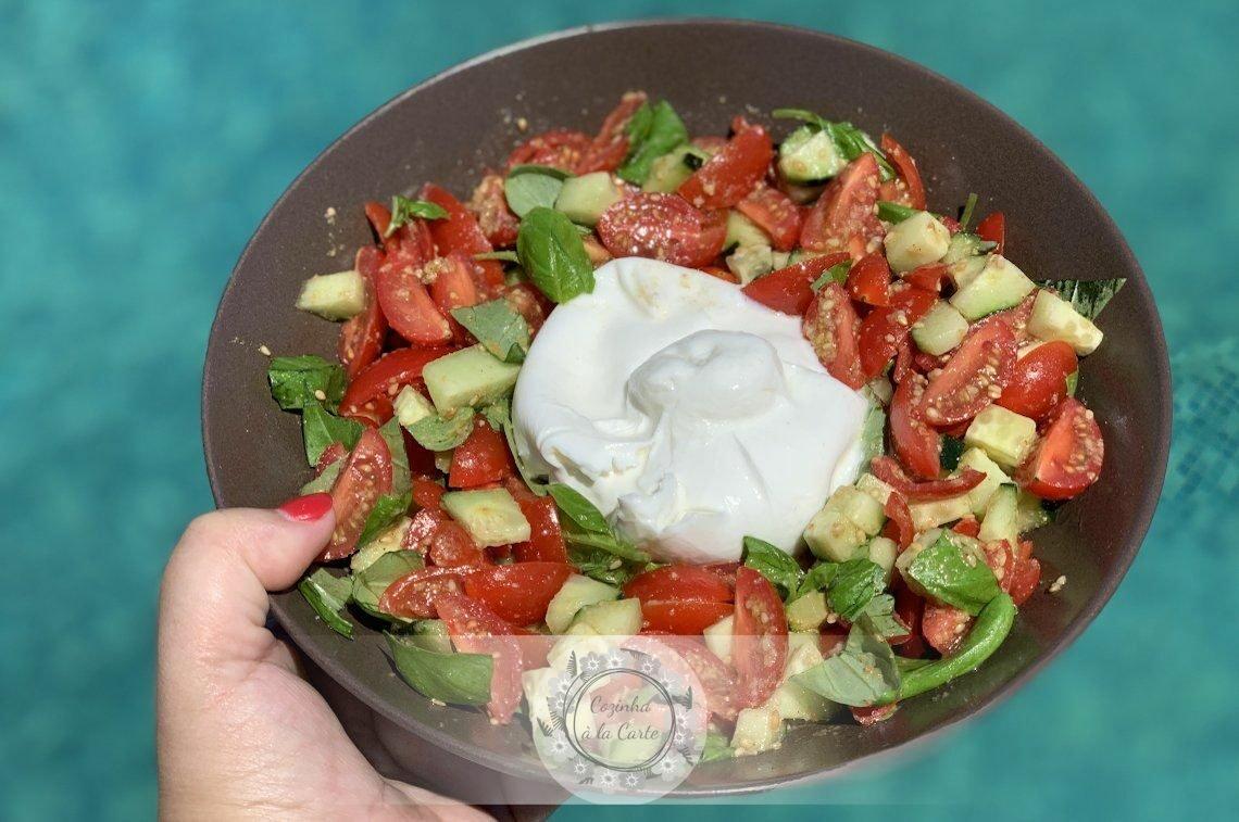 Salada de Mini Tomate Chucha, Pepino, Gomásio e Manjericão com Burrata